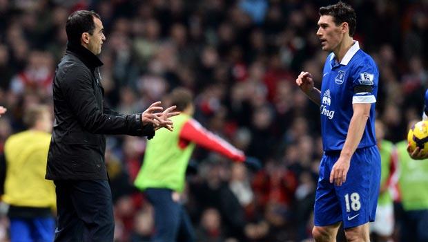 HLV Roberto Martinez của Everton va Gareth Barry