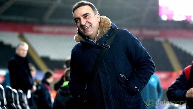 Carlos Carvalhal động viên tinh thần của Swansea