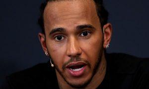 Lewis Hamilton chỉ trích chiến thuật của Mercedes tại trường đua Singapore