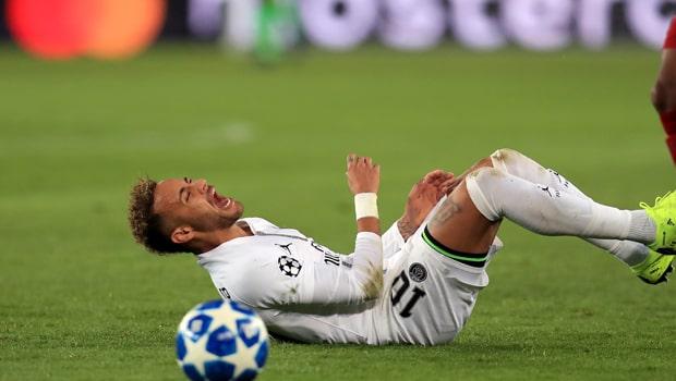 Neymar dính chấn thương trong khi Mbappe trở lại